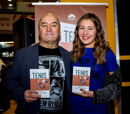 Adrian Fetecău (dreapta), alături de fiica Irina (stânga), la lansarea unei cărți despre tenis scrisă de comentatorul sportiv