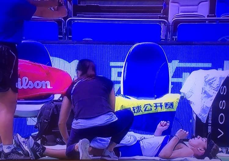 Simona Halep primește îngrijiri la un time-out medical în optimile de la Wuhan, contra Elenei Rybakina.