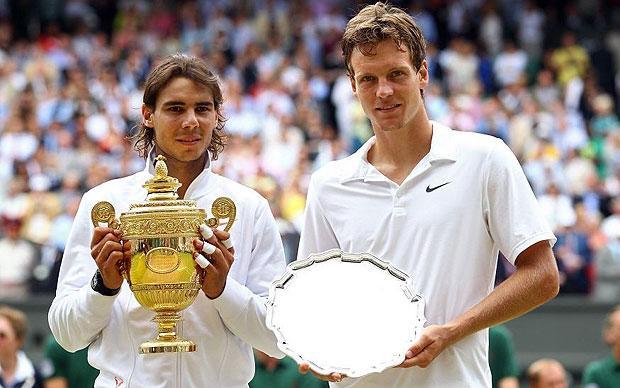 Tomas Berdych, cu trofeul finalistului, alături de Rafael Nadal, campionul ediției 2010 a Wimbledonului.