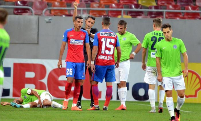 FOTO: Digi Sport / Cristian Onțel a încasat cartonașul roșu într-un FCSB - CSM Poli Iași 1-1, după o intrare dură asupra lui Ionuț Voicu.