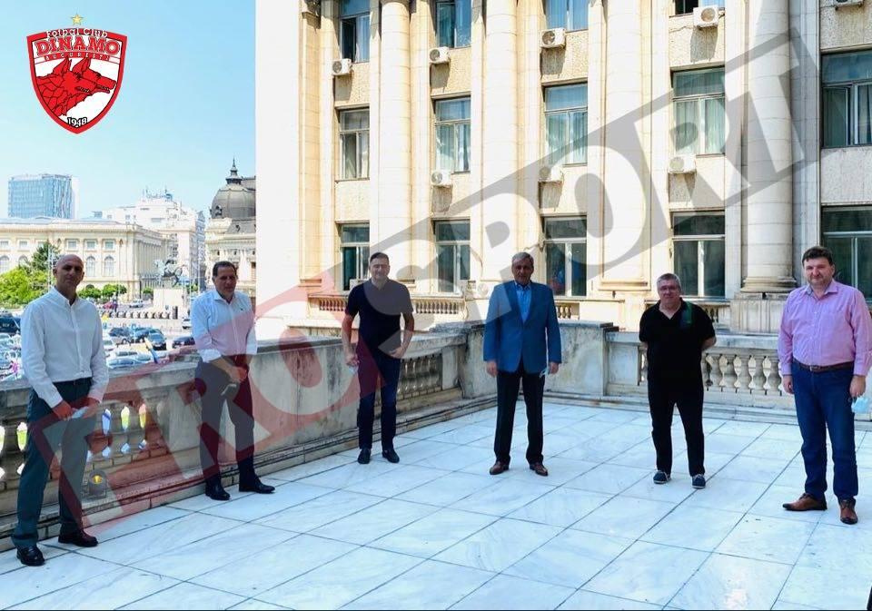 Primul din dreapta, în cămașă roz, Dorin Sărdean, urmat de Cornel Țălnar, Marcel Vela, Dan Cristian Popescu