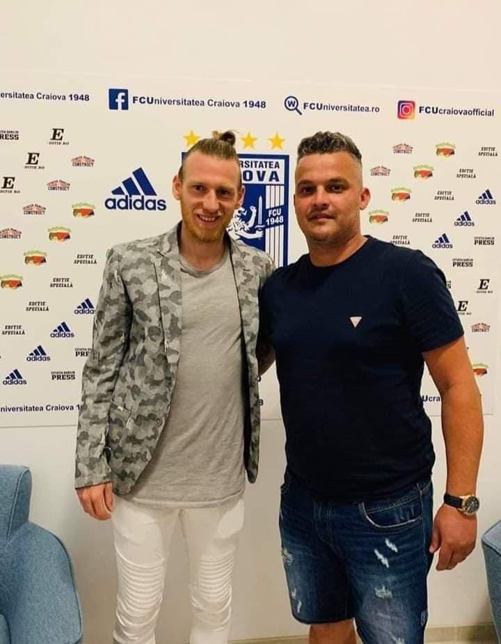 FOTO: Robert Săceanu (dreapta), directorul sportiv al FC U Craiova, alături de Jeremy Huyghebaert, fundaș transferat la FC U Craiova, de la Mouscron.