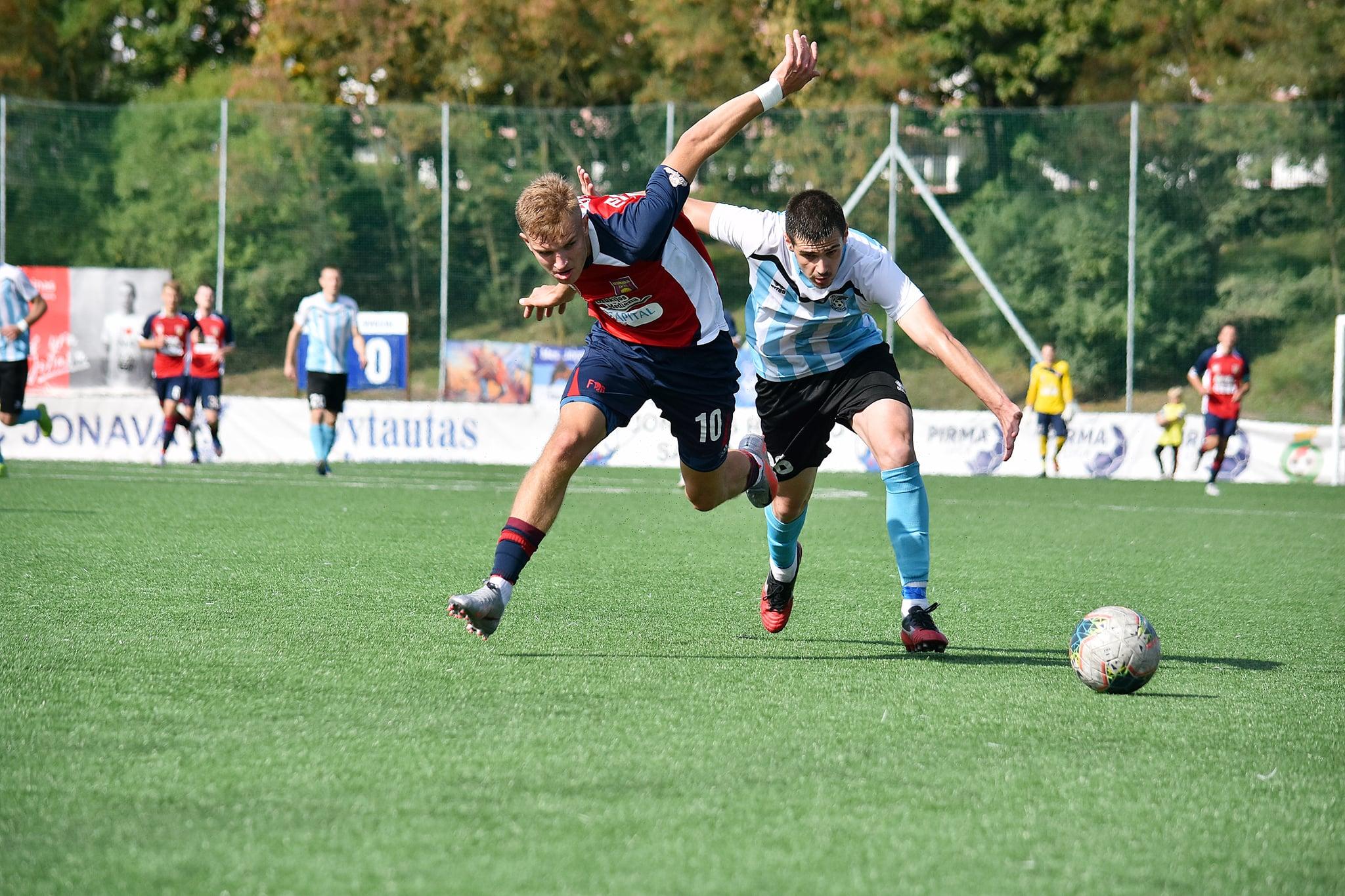 FOTO: Facebook FK Jonava / Alin Ghidurea (dreapta), jucător legitimat la Jonava, în duel cu un adversar în liga a doua a Lituaniei