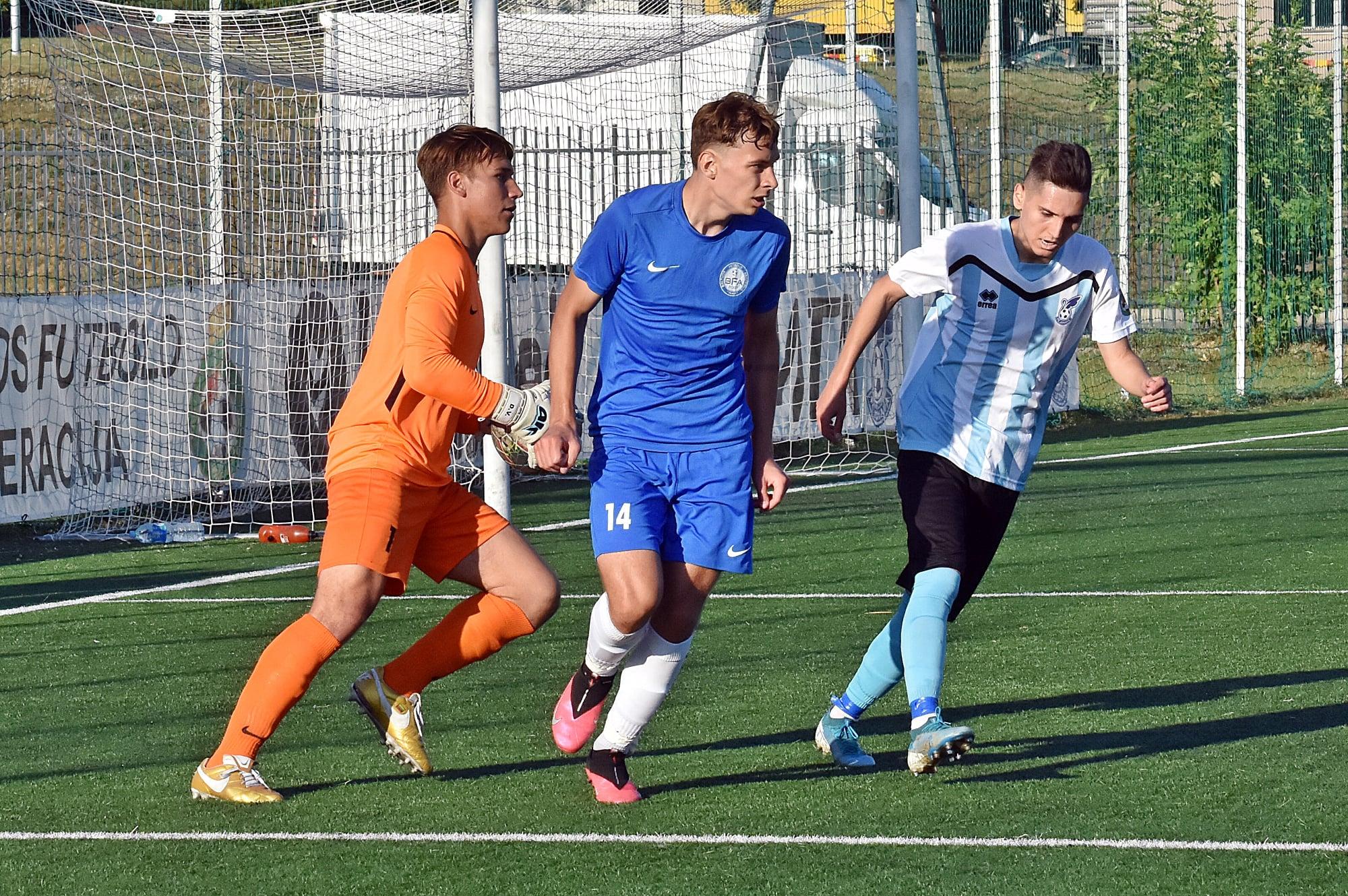 FOTO: Facebook FK Jonava / Bogdan Petrescu (dreapta), în tricoul celor de la Jonava, în liga a doua din Lituania