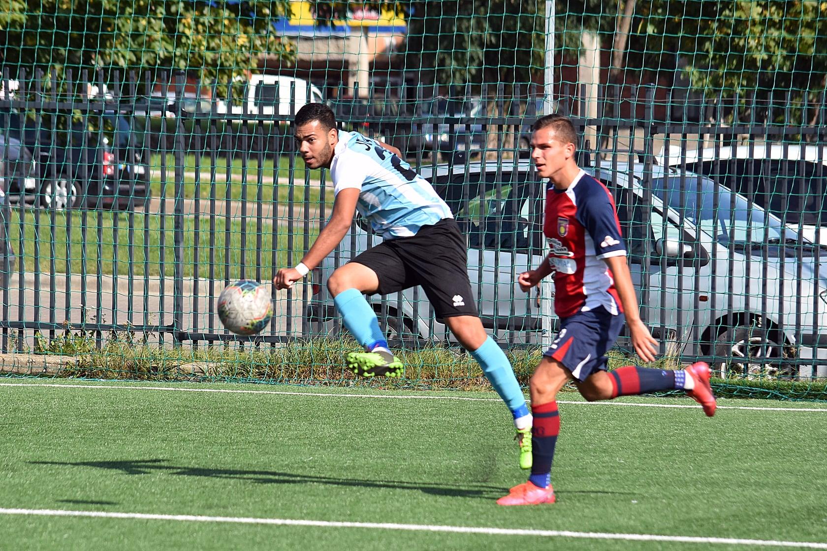 FOTO: Facebook FK Jonava / Robert Bolozan (stânga), jucător legitimat la Jonava, centrează într-un meci din liga a doua a Lituaniei