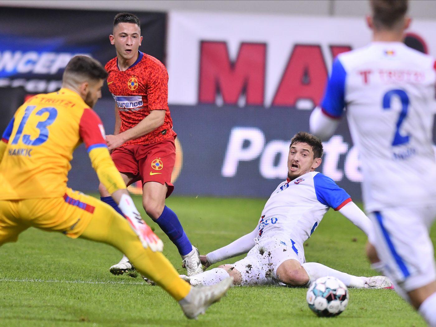 Șeroni (în alb) este unul dintre cei mai agresivi fundași din Liga 1