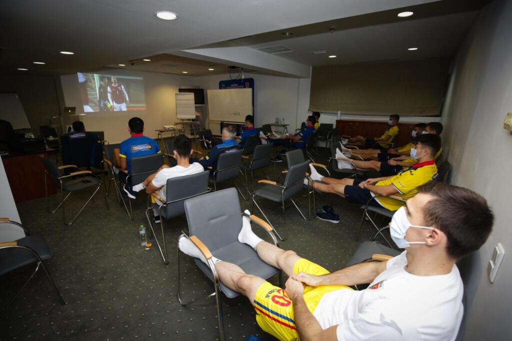 Jucătorii naționalei vizionează meciul dintre Austria și Irlanda de Nord