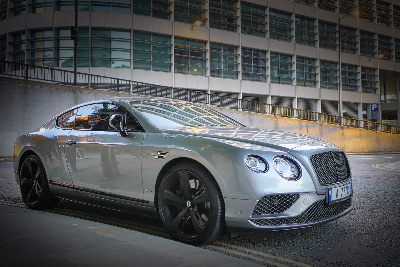 Bentley-ul de 155 de mii de euro, făcut cadou de un director soției, a scos din minți fotbaliștii unei echipe de tradiție din Anglia!