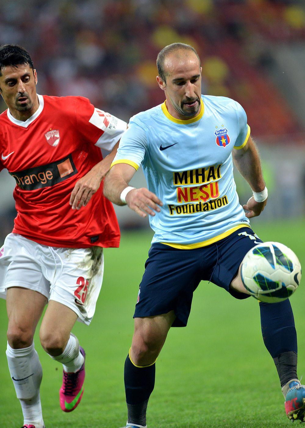 Imagine din ultimul Derby jucat de Dănciulescu înainte de retragere. Aici, în duel cu Latovlevici (dreapta)