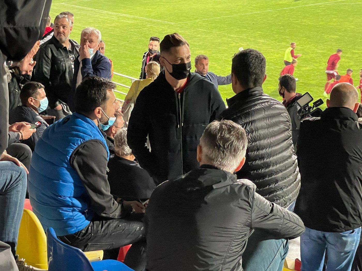 Au uitat de rivalitate! Mirel Rădoi și Răzvan Lucescu, prietenie strânsă! Imagini de senzație cu cei doi antrenori la meciul Rapidului   VIDEO & FOTO