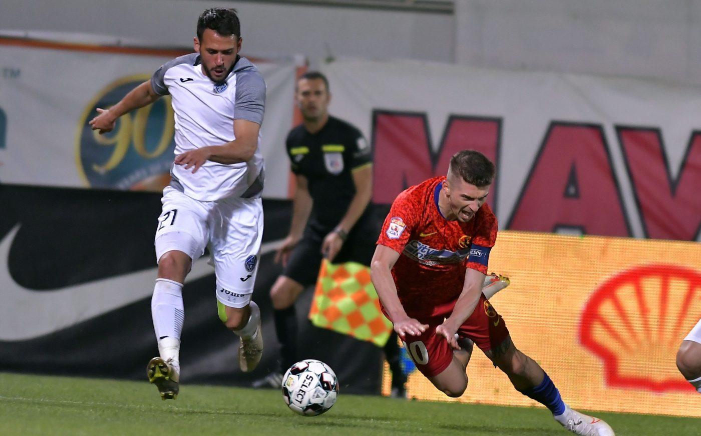 Tănase (în roșu) a marcat în partida cu Clinceni de la punctul cu var