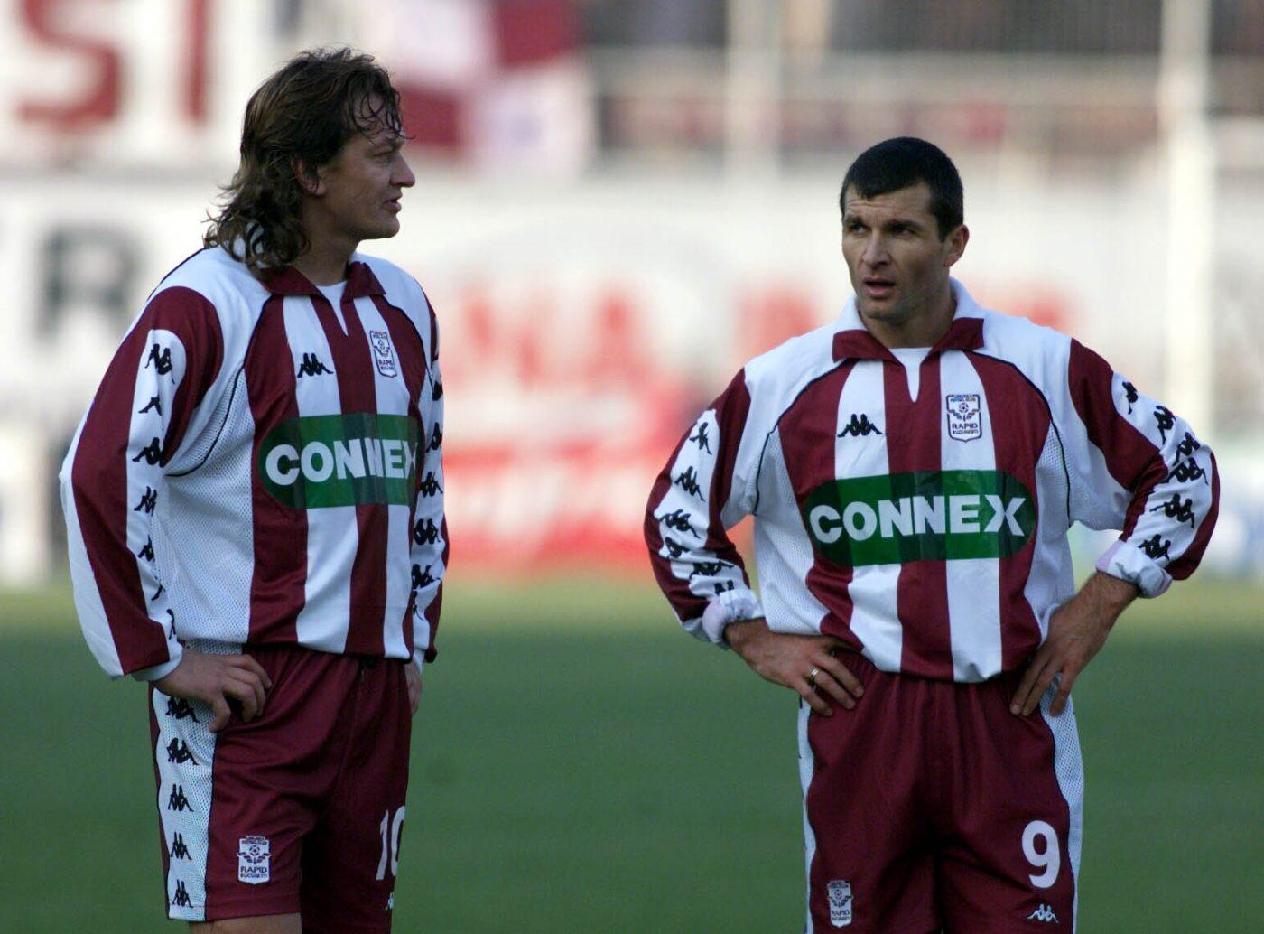 Dănuț Lupu (stânga) și Neluțu Sabău (dreapta) în 1999, când jucau la Rapid și erau echipați de Kappa. Așa ar fi dorit Niculae să arate noile tricouri ale Rapidului, dacă giuleștenii nu ar fi ajuns la un acord cu Nike