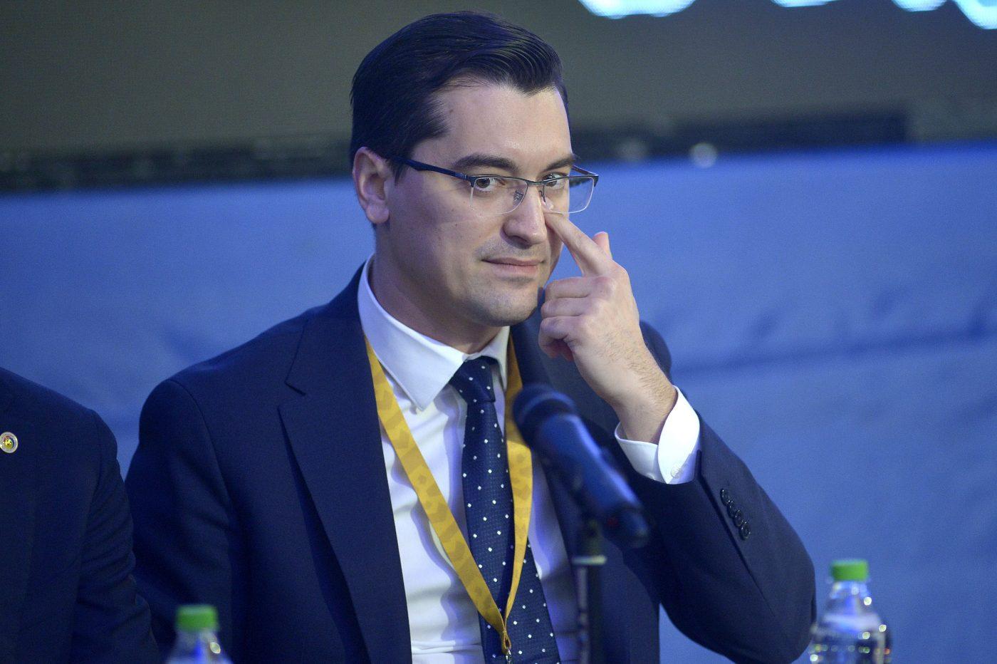 Președintele FRF, Răzvan Burleanu, și oamenii săi nu țin cont de situația grea de la Dinamo