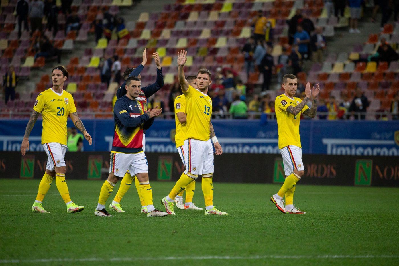 Jucătorii echipei naționale a României îi aplaudă pe fanii prezenți pe Arena Națională la meciul jucat împotriva lui Liechtenstein