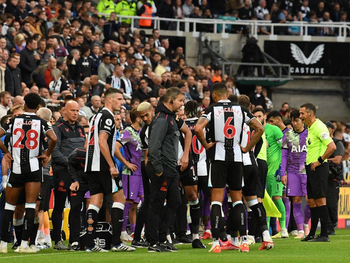 Primul meci al lui Newcastle de la preluarea de către arabi a fost întrerupt! Medicii, de urgență pe teren! VIDEO